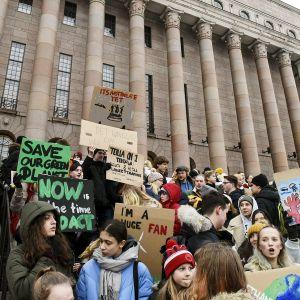 Koululaiset osoittivat mieltään ilmastonmuutosta vastaan eduskuntatalon edustalla Helsingissä 11. tammikuuta.