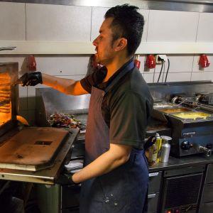 Ruoanlaittoa ravintola Lalon keittiössä