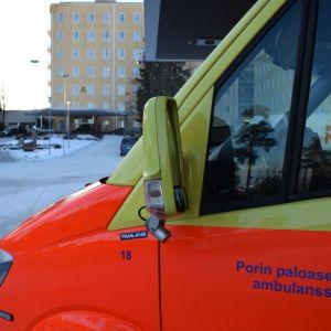 Ambulanssi Satakunnan keskussairaalan eli Satasairaalan edessä Porissa Tiilimäellä tammikuussa 2019.