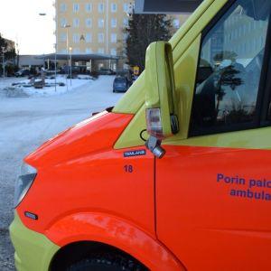 Ambulanssi Satakunnan keskussairaalan (Satasairaalan) edessä Porin Tiilimäellä tammikuussa 2019.
