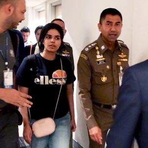 Rahaf Mohammed al-Qunun saatetaan Bangkokin lentokentällä.