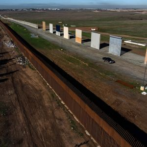 Muurinpalasia näytteillä Meksikon rajan vieressä.
