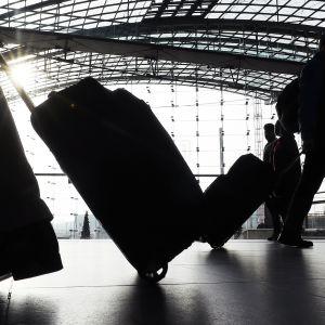 Matkustajia lentokentällä.