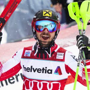Marcel Hirscher juhlii voittoa.