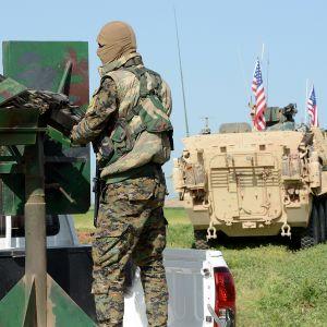 Yhdysvaltojen joukkoja ja kurdien sotilas