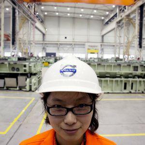 Työntekijä Volvon Kiinan tehtaalla Chengdussa.
