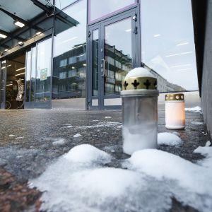 Muistokynttilöitä kauppakeskus Valkean oven edustalla Oulussa.