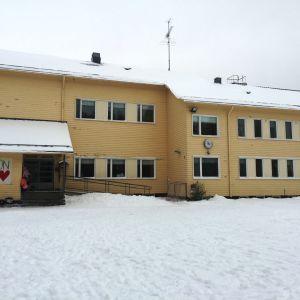 Keltainen puukoulu Ullavan Rahkosessa.