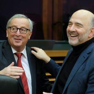 Komission puheenjohtaja Jean-Claude Juncker (vas.) ehdotti luopumista yksimielisyysperiaatteesta verotuksessa. Esityksen esitteli talouskomissaari Pierre Moscovici.