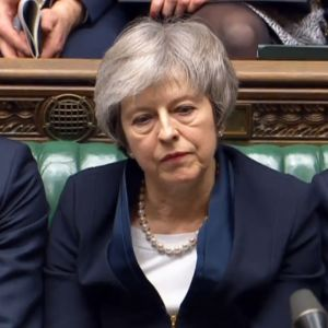 Pääministeri Theresa May parlamentissa.