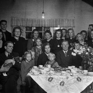 Rippijuhlat, perhe ja vieraita. 1946.