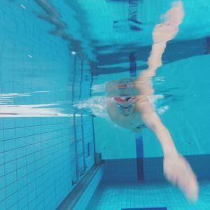 Ari Pekka Liukkonen ui AaltoAlvarin uimahallin altaassa.