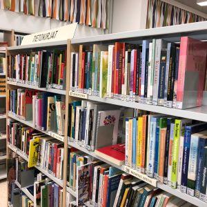 Kirjoja Inkeroisten kirjastossa.