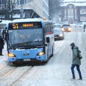 Bussi liikenteessä