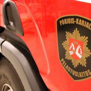 Pelastuslaitoksen logo paloauton ovessa.