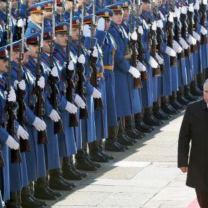 Presidentti Vladimir Putin tarkastaa kunniakomppanian saapuessaan Belgradiin.