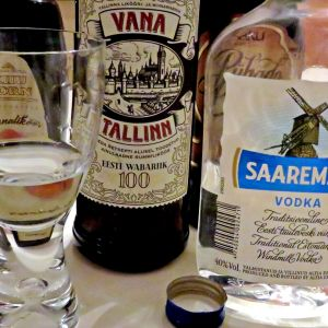 Virolaisia alkoholipulloja pöydällä