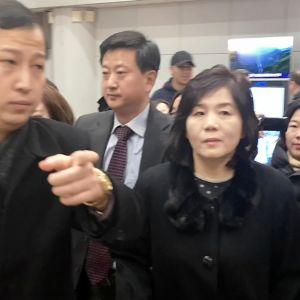 diplomaatteja lentokentällä, keskellä varaulkoministeri Choe Son-hui