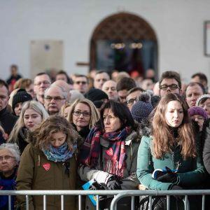Kansalaiset osallistuivat pormestarin hautajaisiin.