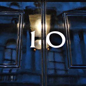Oveen Downing street 10:ssa heijastuvat katulamppujen keltaiset valot.