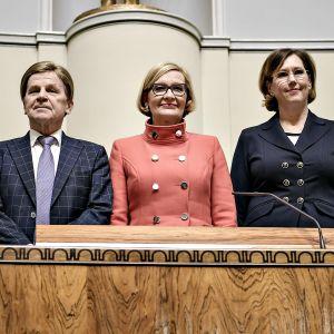 Kuvassa eduskunnan puhemiehistö Mauri Pekkarinen, Paula Risikko ja Tuula Haatainen.