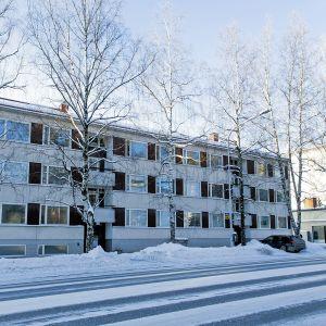 Kerrostalo julkisivun puolelta kuvattuna Valkeakoskella 19. tammikuuta 2019.