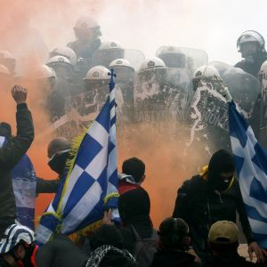 Mielenosoittajia Ateenassa.