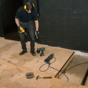 Teatterin lattiarakenteita puretaan vesivahingon jälkeen.