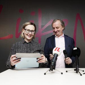 Maria Lohela ja Hjallis Harkimo tiedtusilaisuudessa.