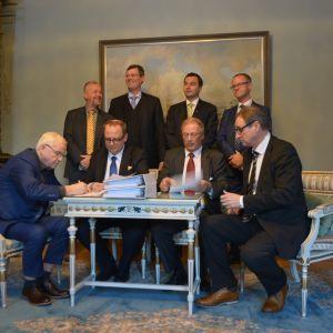 Merenkurkun uuden autolautan rakennussopimuksen allekirjoittivat Bertil Hammarstedt, Tomas Häyry, Mikko Niini ja Timo Suistio. Peter Ståhlberg, Mikael Öhlund, Joakim Strand ja Anders Ågren seuraavat taustalla.