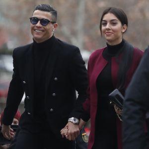 Cristiano Ronaldo saapui oikeuteen puolisonsa Georgina Rodriguezin kanssa.