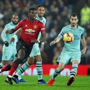 ManU:n Paul Pogba taisteli pallosta ottelussa Arsenalia vastaan.