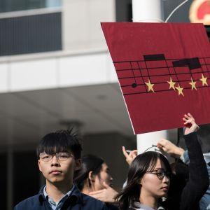 Aktivistit osoittivat mieltään Hong Kongissa laululakiesitystä vastaan.