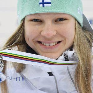 Eveliina Piippo poseeraa mitalin kanssa.