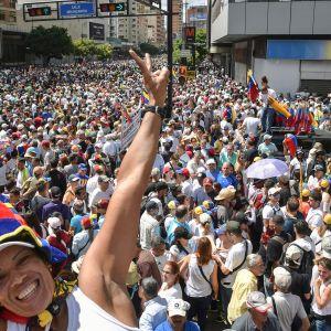 Venezuelan opposition kannattajat osoittivat mieltään presidentti Nicolas Maduron hallintoa vastaan 23. tammikuuta Caracasissa.