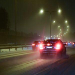 Autoliikennettä lumisateessa