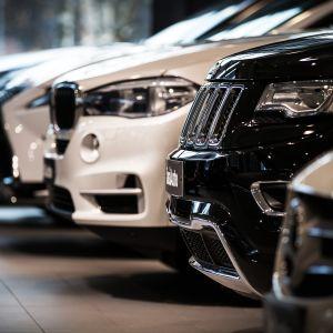 Uusia autoja autokaupan esittelyhallissa.