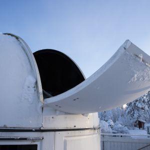 Observatorion kaukoputken kuvun luukku aukeaa.