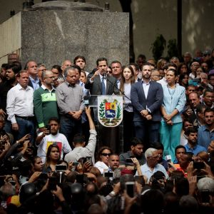 Presidentiksi julistautunut oppositiojohtaja Juan Guaidó puhui perjantaina kannattajilleen.