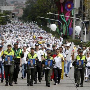 Viime sunnuntaina tuhannet kolumbialaiset marssivat surmansa saaneiden poliisien muistoksi Medellínissä.