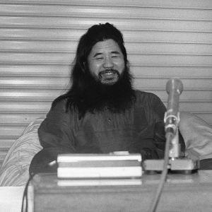 Tokion metron kaasuiskusta tuomitun Shoko Asaharan nimissä on lähetetty erikoisia kiristyskirjeitä. Asahara teloitettiin heinäkuussa 2018. Kuva vuodelta 1990.