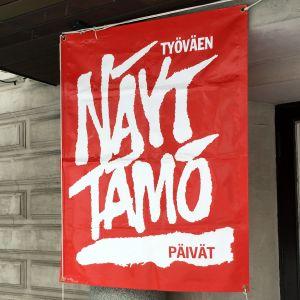 Arkistokuva. Työväen näyttämöpäivien lippu Mikkelin teatterin edustalla.