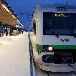 Suljettu juna seisoo asemalla