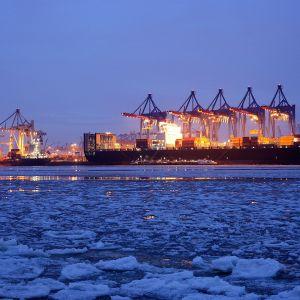 konttilaiva talvi-illassa