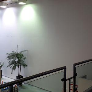 Kemin uimahallin sisällä on väliaikasesti seinä erottamassa käytöstä pois suljettua osaa.