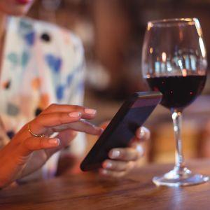 nainen ja viinilasi