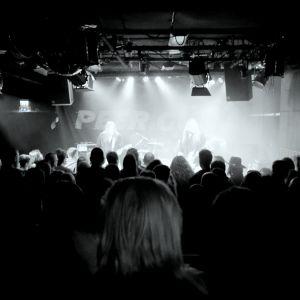 Mustavalkoinen kuva Peer Güntin keikalta Suisto-klubilla Hämeenlinnassa.