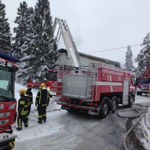 Teollisuushallin tulipaloa Kotkan Hakamäessä oli sammuttamassa yli 30 palomiestä lauantaina