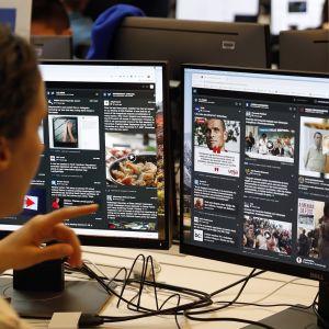 Facebookin työntekijä katselee tietokoneruutuja Facebookin pääkonttorissa Kalifornian Menlo Parkissa