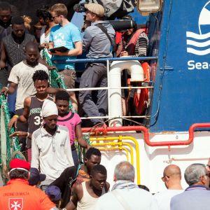 Ihmisiä laskeutumassa laiturissa olevasta Sea Watch -aluksesta kesällä 2018
